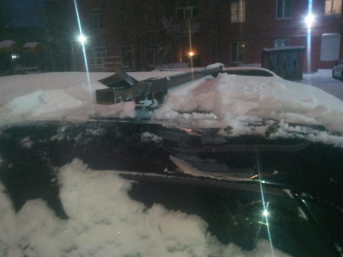 Упавшие доски помяли крышу автомобиля и сломали багажник