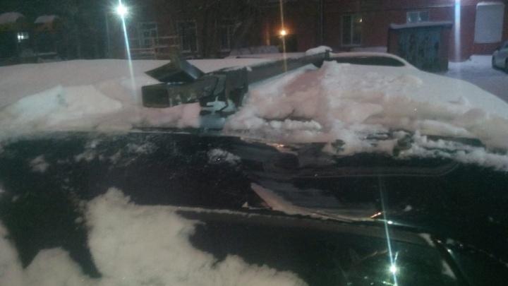 Прилетело с неба: упавшие со стройки доски помяли машину на Костычева