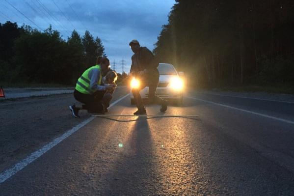 Жители Шлюза замерили колею на дороге от Бердского шоссе до микрорайона