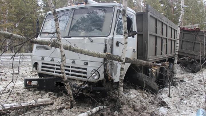 В Кургане водитель легковушки погиб после столкновения с КАМАЗом