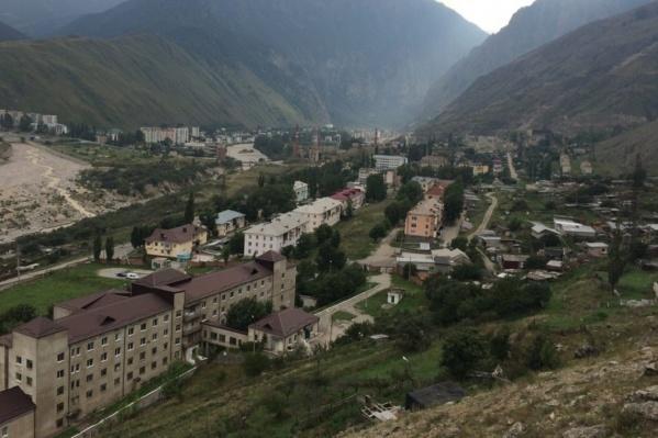 Сейчас альпинист из Перми в Эльбрусской районной больнице (здание на переднем плане)