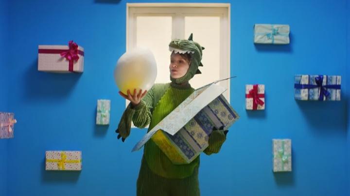 Лиза Монеточка выпустила новый клип, в котором предстала в образе динозавра