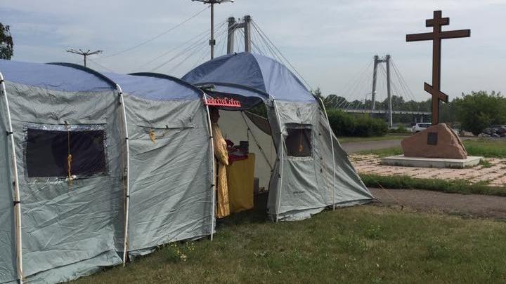Православные установили палатку для службы на месте скандального храма на Стрелке