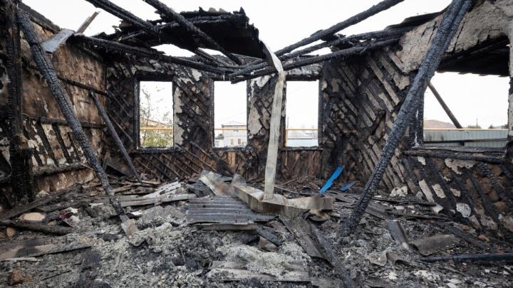 Огонь застал людей спящими: утром на пожаре в Волжском погибли два человека