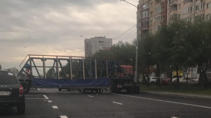На Широтной грузовик с прицепом попал в ДТП и перекрыл всю дорогу
