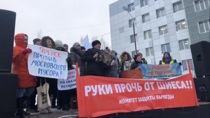 Журналист Шевченко на сцене, блогер Варламов в толпе: онлайн с митинга в защиту Шиесав Сыктывкаре