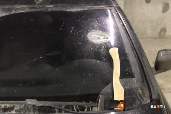 Машину разбили и оставили топор