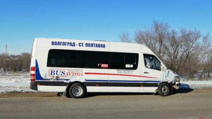 «Ранена школьница»: в Волгоградской области микроавтобус столкнулся с грузовиком