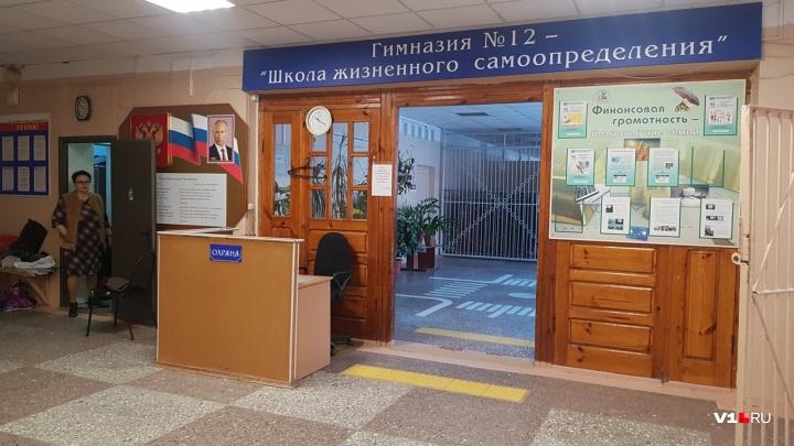 «Кусок потолка упал на голову»: в Волгограде ученицу гимназии увезли с физкультуры в больницу