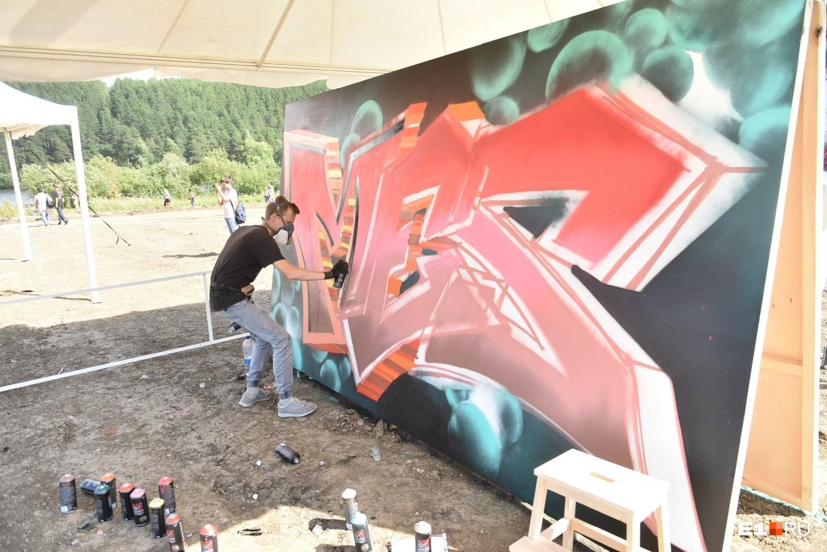Также на фестивале соревновались художники-граффитисты