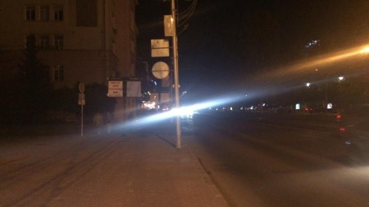 Красный проспект в полутьме: одна сторона улицы осталась без освещения