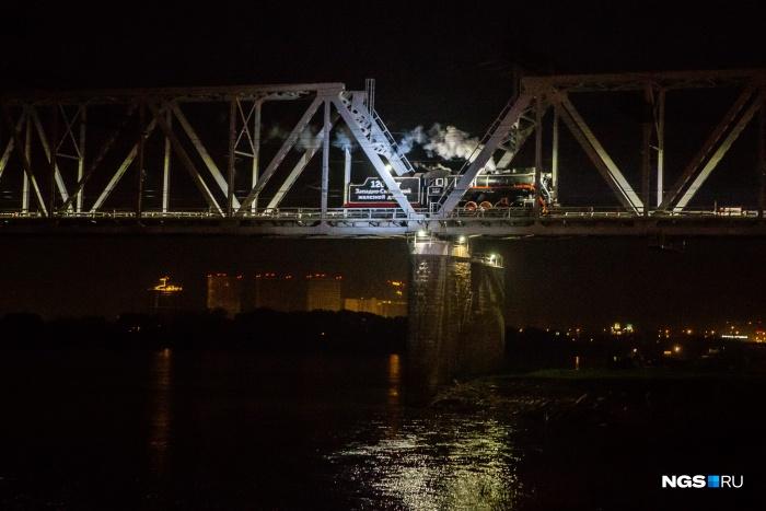 В этом году с набережной тоже можно будет увидеть проезжающий по мосту паровоз середины прошлого века