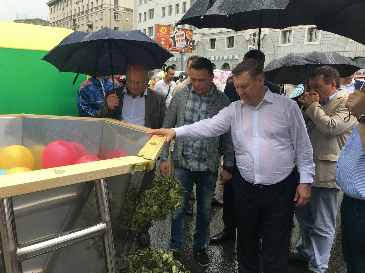 Анатолий Локоть трогает банный чан