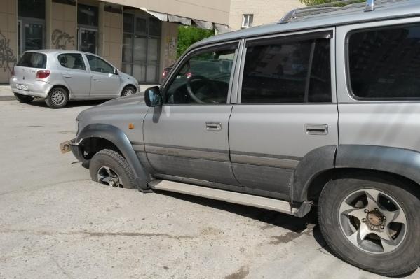 Машина идеально «влезла» в яму колесом