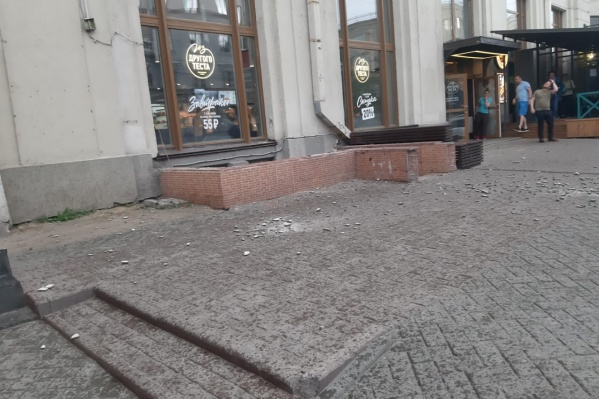 Кусок штукатурки упал на тротуар