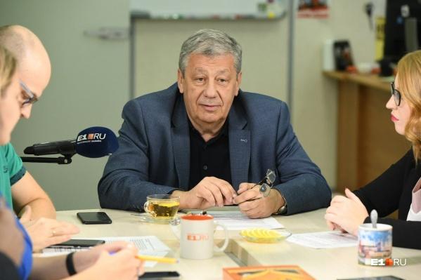 Аркадий Чернецкий отвечает на вопросы в прямом эфире в студииE1.RU