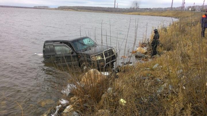 Спасатели вытащили из озера джип,утонувший вместе с пассажиркой