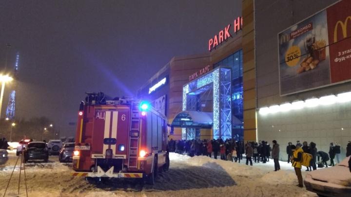 В Самаре из ТЦ «Парк Хаус» эвакуировали 300 человек