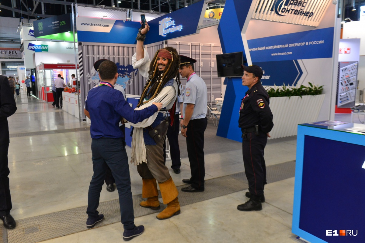 Капитан Джек Воробей стал звездой «Иннопрома» в этом году. Он очень хотел сфотографироваться с вице-премьером,  но капитана схватили охранники и вывели из зала