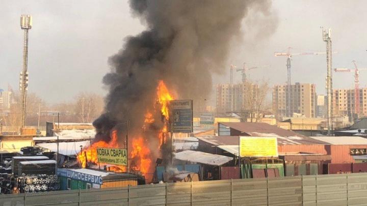 Мастерская с 10 баллонами газа внутри загорелась на Авиаторов