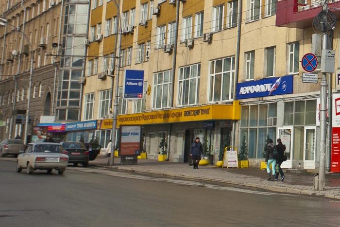 Новосибирские блогеры Денис Новичков и Антон Соколов сняли видео о нарушениях правил парковки у здания генконсульства Германии на Красном проспекте, 28