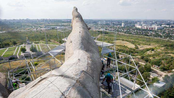 «Она не может стоять в лесах 30 лет»: в Волгограде фигура «Родины-матери» станет светлее