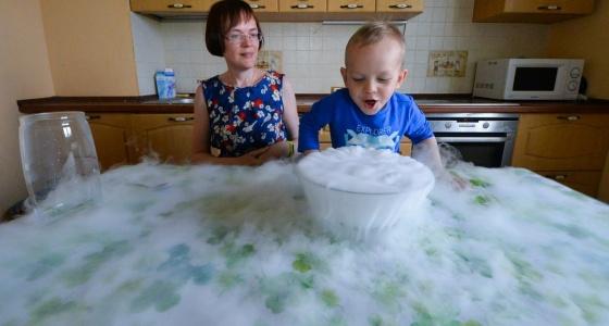 Научное шоу на кухне: заставляем лёд петь и делаем «бомбы» вместе с многодетной мамой с Ботаники