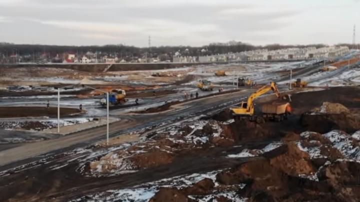 Строительство нового выезда из Кошелев-Парка на Московское шоссе сняли на видео