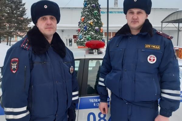 Инспекторы Василий Семенов и Александр Систеров заметили пожар и кинулись спасать животных