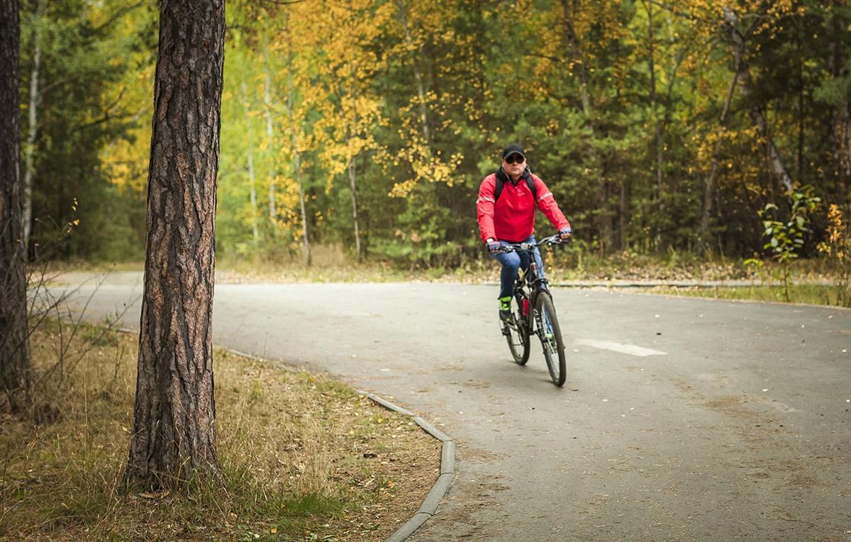 Велосипедисты относительно свободно могут чувствовать себя на специальных велодорожках, которых в России крайне мало
