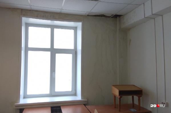 Студенты корпуса №10 на Ломоносова, 2 рассказывают, что потолки протекают уже несколько лет