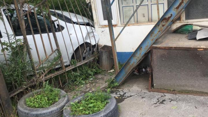 «Навигатор сказал повернуть направо»: в Екатеринбурге машина влетела в дом