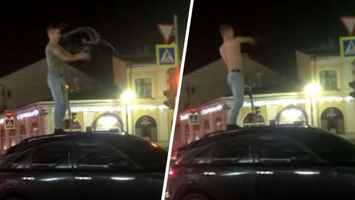 «Мажорчик себя показал»: ярославец отметил день рождения, станцевав полуголым перед мэрией. Видео