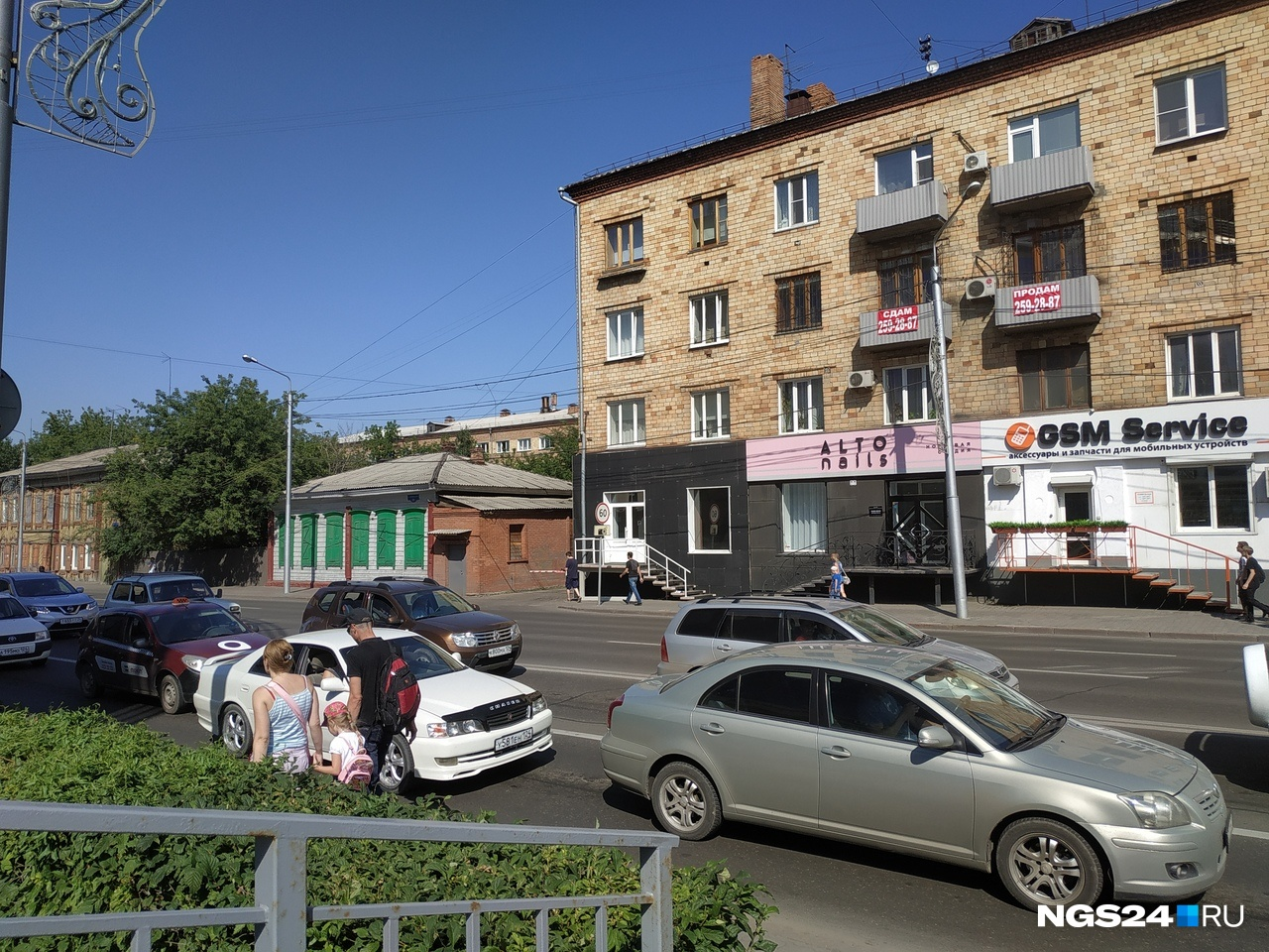 Кафе располагалась в левой части здания, там уже демонтировали вывеску