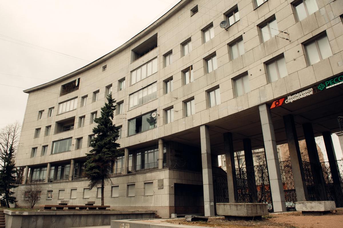 Следующая остановка — дом Ленсовета на Карповке, памятник эпохи конструктивизма с двухэтажными квартирами, в каждой из которых была комната для домработницы, и выходом на крышу для принятия солнечных ванн