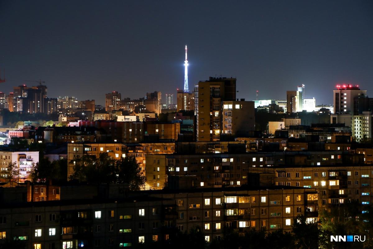 Переливающаяся всеми цветами телебашня создаёт ощущение, что светится весь город