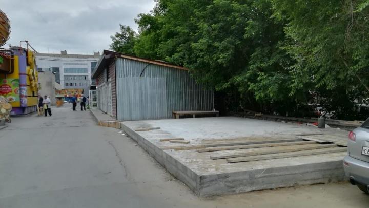 На газоне и парковке у домов на Красноярской начали строить торговые павильоны