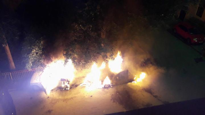В центре Екатеринбурга ночью сгорели Audi A4 и стоявшая рядом «Ока»
