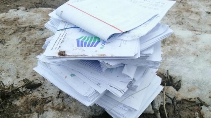 Власти рассказали, кто массово выбросил на берег реки квитанции ярославцев за «коммуналку»