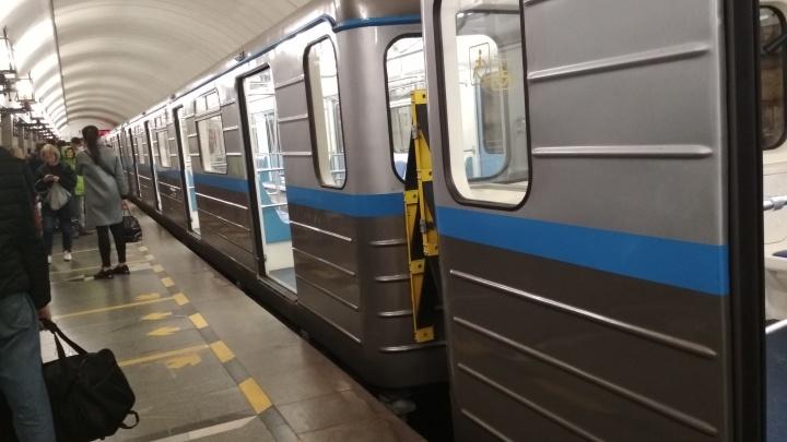 «Минут десять стояли в тоннеле»: в екатеринбургском метро сломался новый поезд