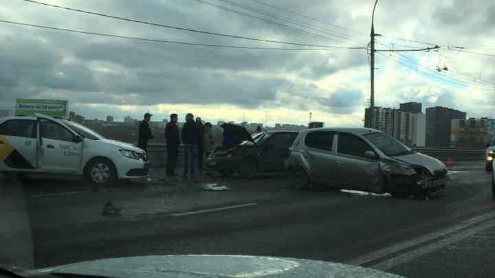 В полиции сообщили о пострадавших в массовой аварии на Димитровском мосту