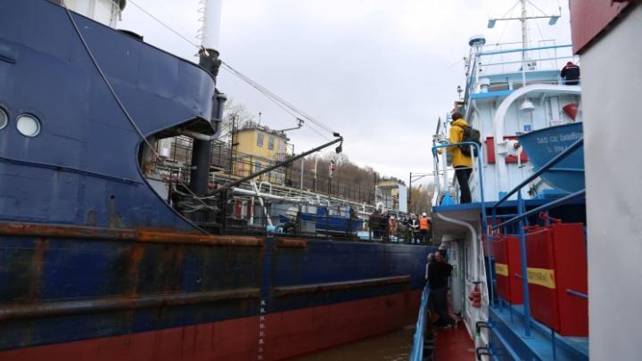 Пропавшего с судна «Урал-25» электрика ищут водолазы