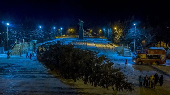 Ленин в очередной раз проконтролировал установку главной новогодней елки Уфы