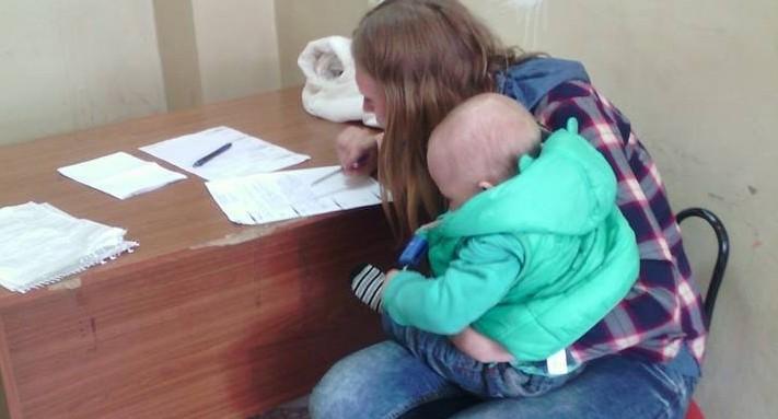 В Екатеринбурге полиция скрутила девушку с грудным ребёнком и запихала в уазик