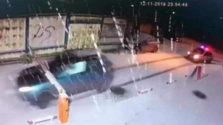 В Перми во время погони лихач сбил шлагбаум и устроил ДТП. Видео