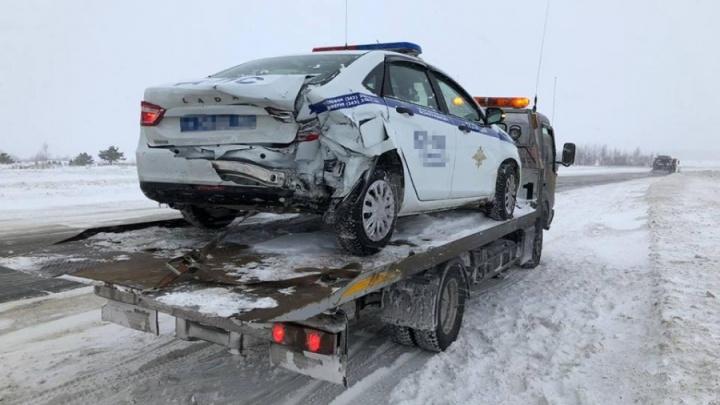 Челябинец разбил машину инспекторов ДПС, помогавших людям на трассе
