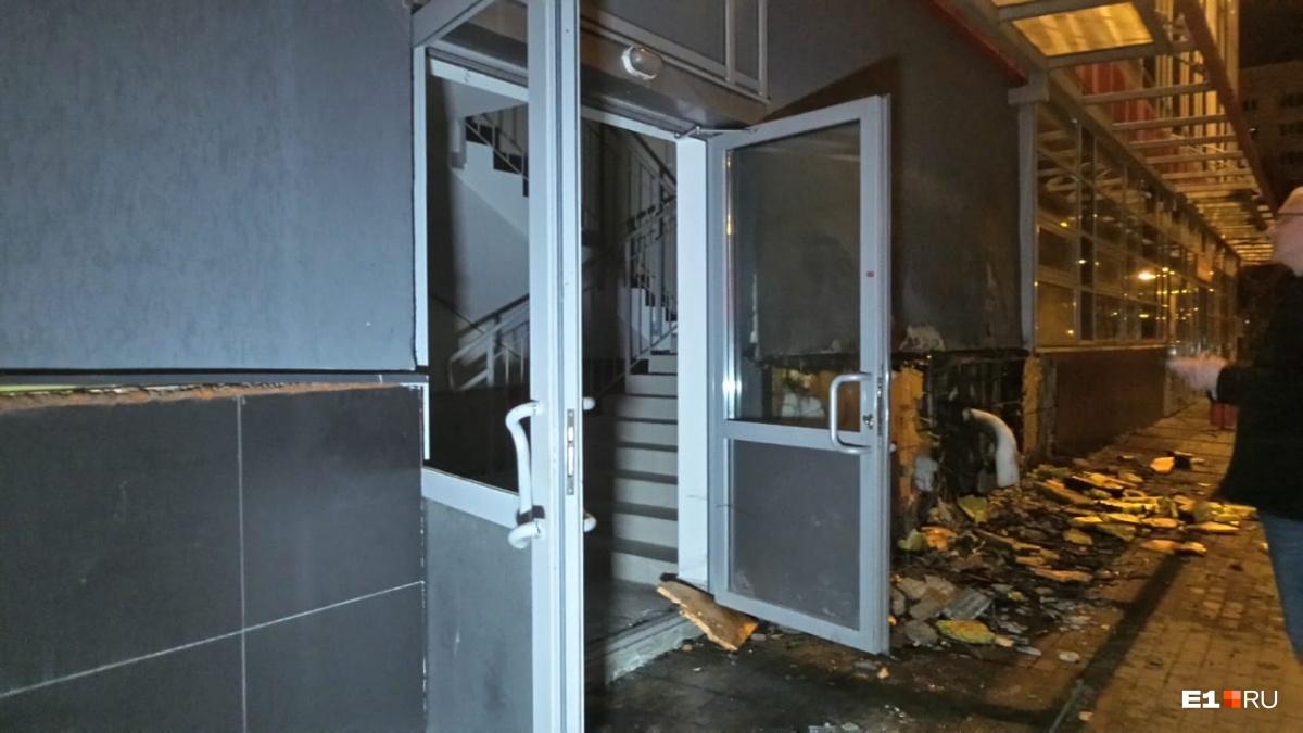 Пожарным пришлось вскрыть ломами дверь «Мегамарта»