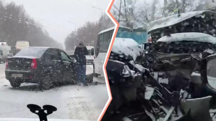 После столкновения Nissan отбросило на другую машину: на Дружбе авария с пострадавшими