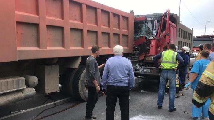 Из-за аварии двух грузовиков на трассе Тюмень — Ханты-Мансийск водителя большегруза зажало в кабине