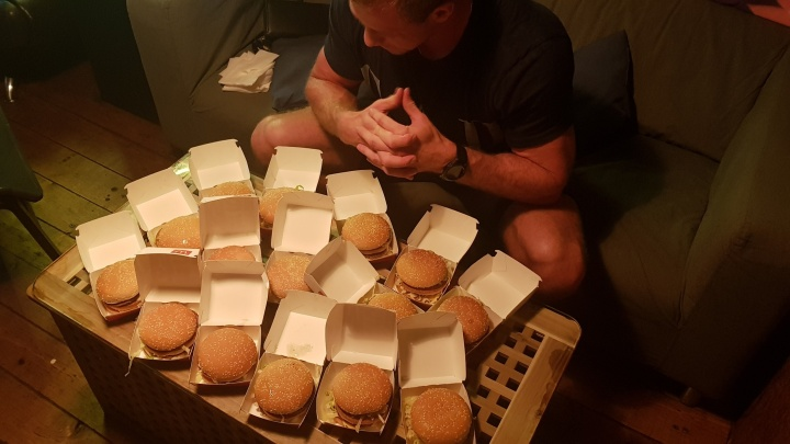 Обещали и сделали: после победы России депутат гонял мяч по думе, а спортсмен съел 15 бигмаков